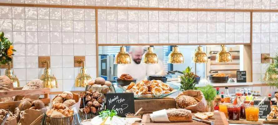 Frukosten serveras i hotellets eleganta och trendiga restaurang Filini