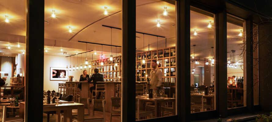 Nyd et glas vin eller en cocktail i hotellets stilfulde BusStop Bar.
