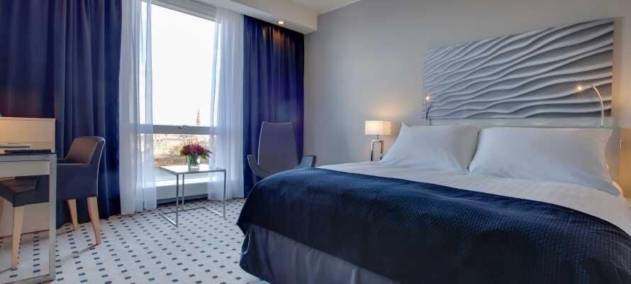 I bor på moderne og stilfulde værelser, som alle tilbyder et højt komfortniveau.