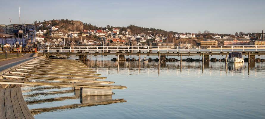 Ta en promenad i stadens charmiga hamnområde som är fullt av histora