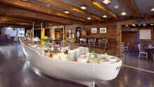 Start dagen med hotellets hyggelige morgenbord, hvor I finder god variation af produkter.