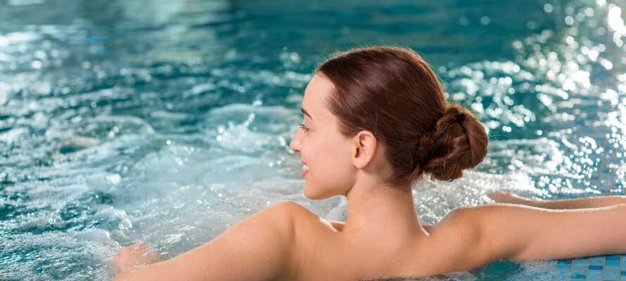 Under opholdet har I fri adgang til hotellets indendørs swimmingpool, og derudover kan I benytte saunaen og nyde massage mod et gebyr.