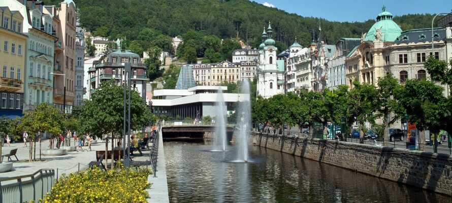 Kör på utflykt och besök den tjeckiska kurorten Karlovy Vary med ett flertal varma källor.