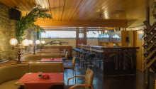 Nyt regionale spesialiteter i restauranten og forfriskninger i baren.