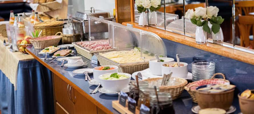Start dagen med en god frokost, og nyt velsmakende middagsretter i restauranten.