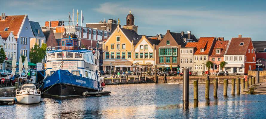 Gör en utflykt till spännande städer som Flensburg, Schleswig och Friedrichsstadt eller den vackra hamnstaden Husum