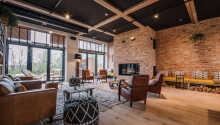 Slapp av i de vakre og innbydende omgivelsene i den store stuen.