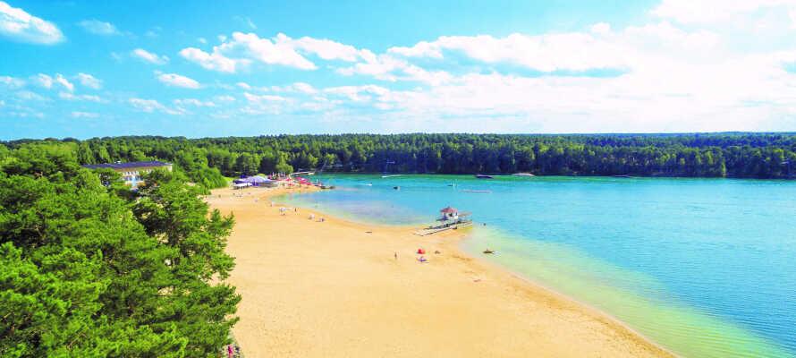 Slappna av och njut av semestern på den härliga sandstranden och i det kristallklara vattnet vid sjön Bernsteinsee