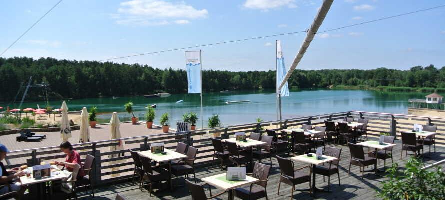 Når været er fint er det opplagt å slappe av på hotellets solterrasse med utsikt over sjøen og stranden.