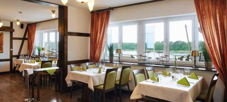 Ät gott i hotellets mysiga restaurang där ni har en fin utsikt över sjön