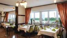 Nyt måltidene med utsikt over sjøen i den hyggelige restauranten.