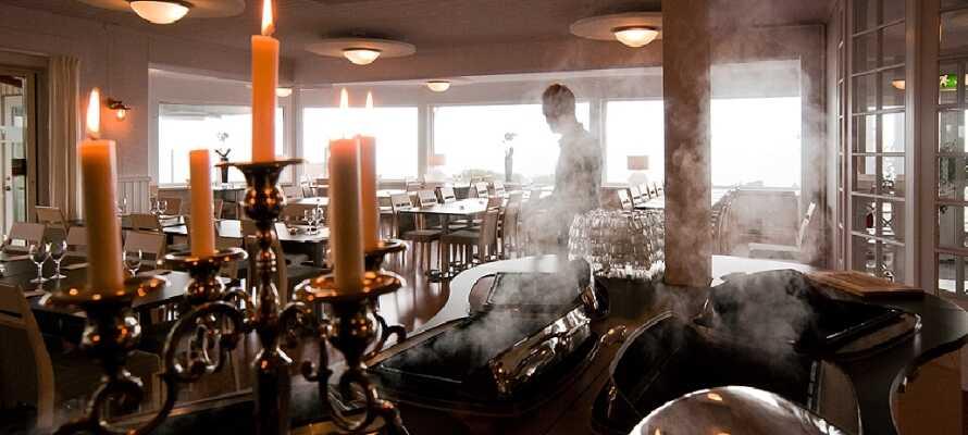 Hotellets restaurant serverer lokale delikatesser lavet af lokale råvarer.