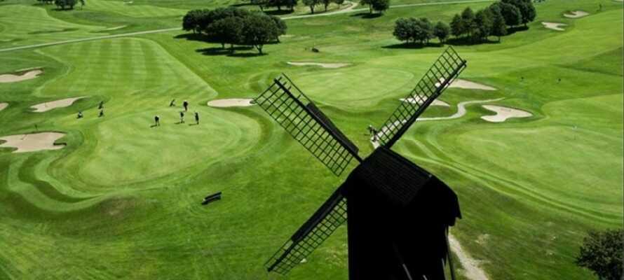 Båstad Golf Klubb ligger lige rundt om hjørnet og har både indbydende og kringlede huller.