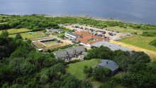 Hotellet er omgivet af natur, og er kun 10 minutters gang fra havet.