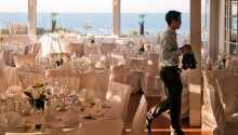 Hotellets restaurang välkomnar dig i ljusa omgivningar och fantastisk utsikt.