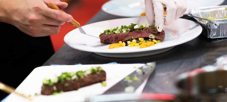 Hotellets restaurant serverer lokale retter og alpine spesialiteter.