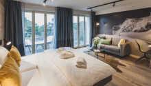 Alpin stil med komfortable senger skaper en avslappende setting for ditt opphold ved Østersjøen.