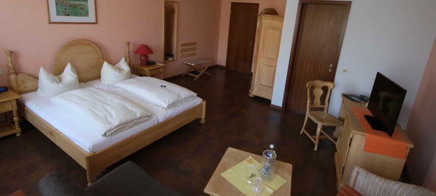 De rummelige værelser er komfortabelt indrettet med inspiration hentet i den bondehusstil man ser omkring Middelhavet.