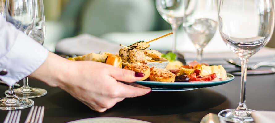Nyd velsmagende lokale og internationale retter tilberedt med sunde ingredienser af høj kvalitet i hotellets restaurant.
