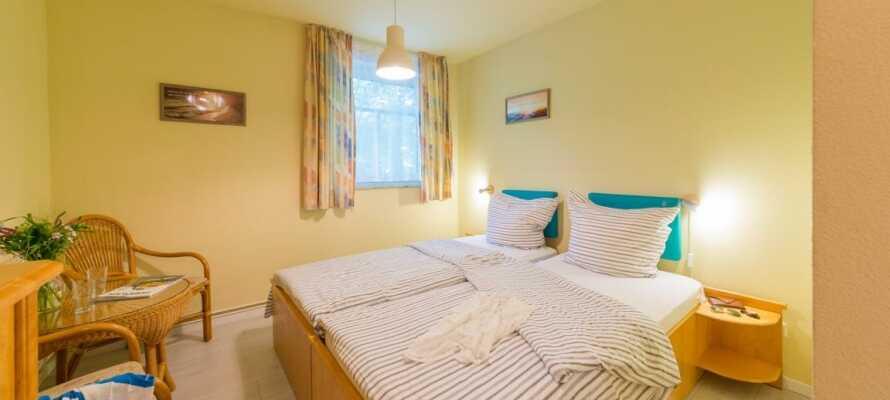 Hotellet har en varm atmosfære og værelserne tilbyder god komfort og udsigt enten mod land eller vand.