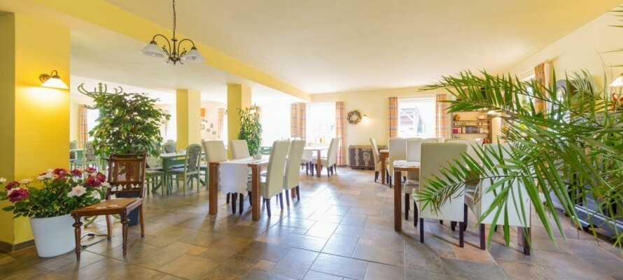 Hotellet tilbyr hver morgen et deilig frokostmåltid i form av et kontinentalt frokostbord.
