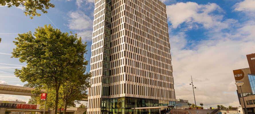 Det 4-stjernede hotel ligger omgivet af grønne områder, i kort afstand fra den nærmeste mestrostation, med let og hurtig adgang ind til centrum i Amsterdam.