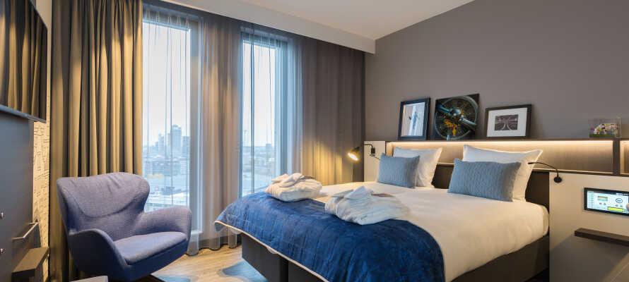 I bor på moderne og stilfulde værelser, som alle tilbyder et lækkert 4-stjernet komfortniveau.