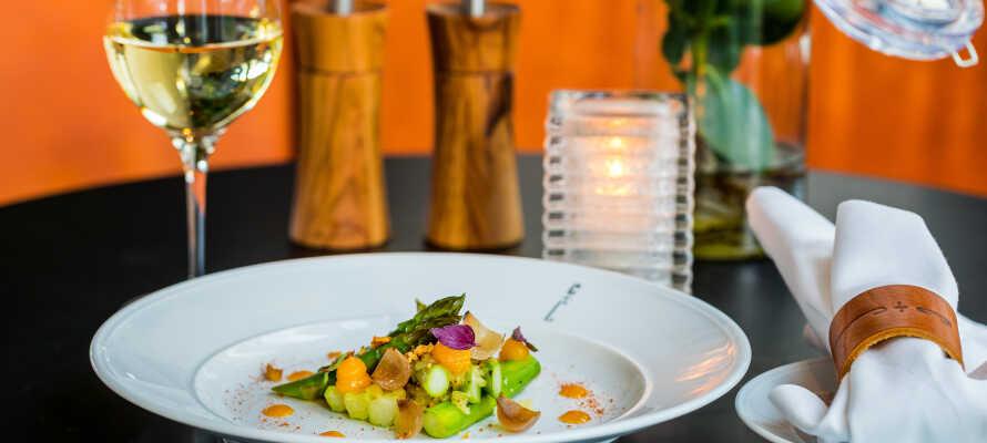 Hotellets restaurant byder på velsmagende aftenmåltider i elegante rammer.