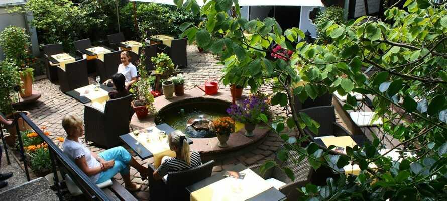 Romantisches Hotel Menzhausen er indrettet i en centralt beliggende gammel bygning, renoveret med stil.