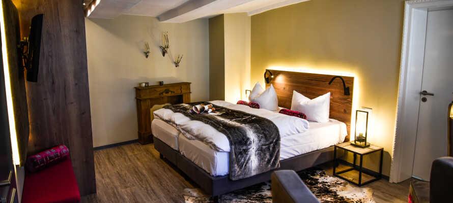 Dere bor på rustikke og elegante værelser som tilbyr et høyt komfortniveå.