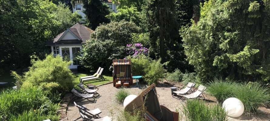 Hotellets vackra trädgård har en väldigt speciell atmosfär som bjuder in till avslappnande stunder