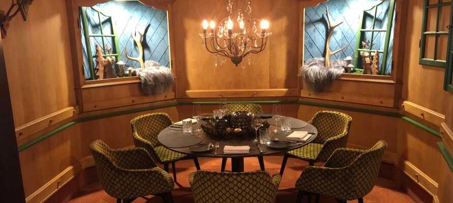 Njut av en romantisk middag med utsökt mat och gott vin i hotellets varma och trevliga atmosfär