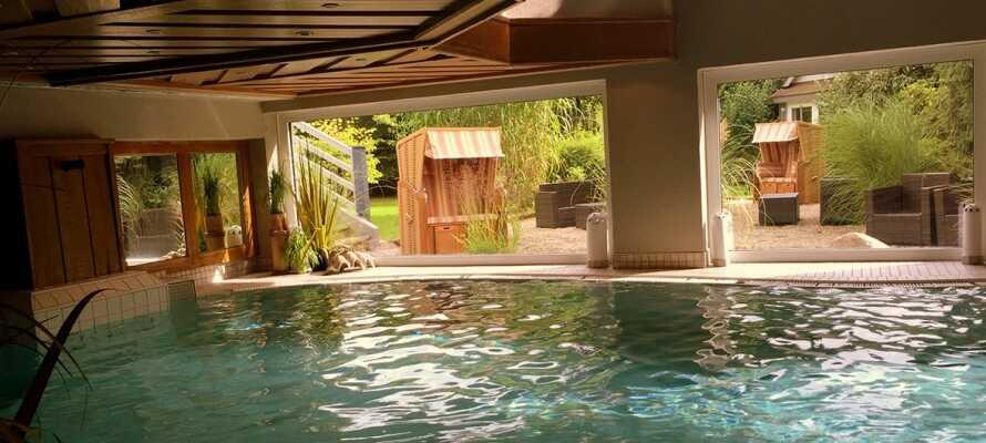 I har fri adgang til wellnessområdet med swimmingpool, sauna, dampbad og Jacuzzi.