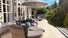 Slappna av på den mysiga terrassen och njut av de vackra omgivningarna