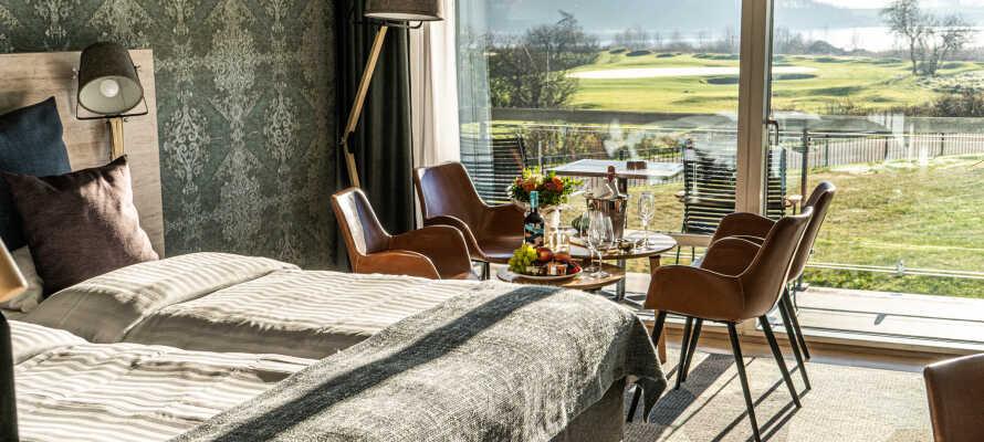 I bor på smukke og rummelige værelser, som alle tilbyder høj komfort og en skøn udsigt mod naturen.