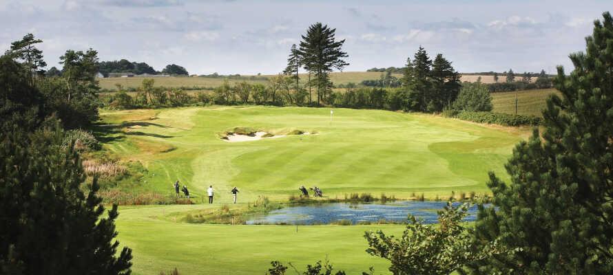 Opholdet inkluderer en runde golf på HimmerLands Academy Course, som byder på skønne golfoplevelser for både nybegyndere og øvede.