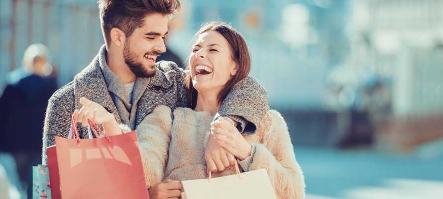 Tag på herlig shopping i Aalborg, som har et stort udvalg af mærkevareforretninger, caféer og specialbutikker.