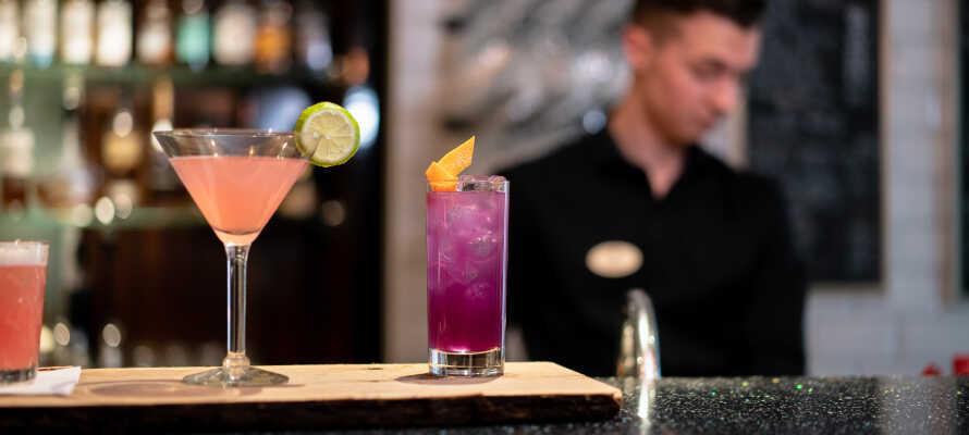 Runda av en upplevelserik dag med en drink i hotellets mysiga bar