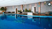 Hotellets stora inomhuspool är uppvärmd till 29 grader