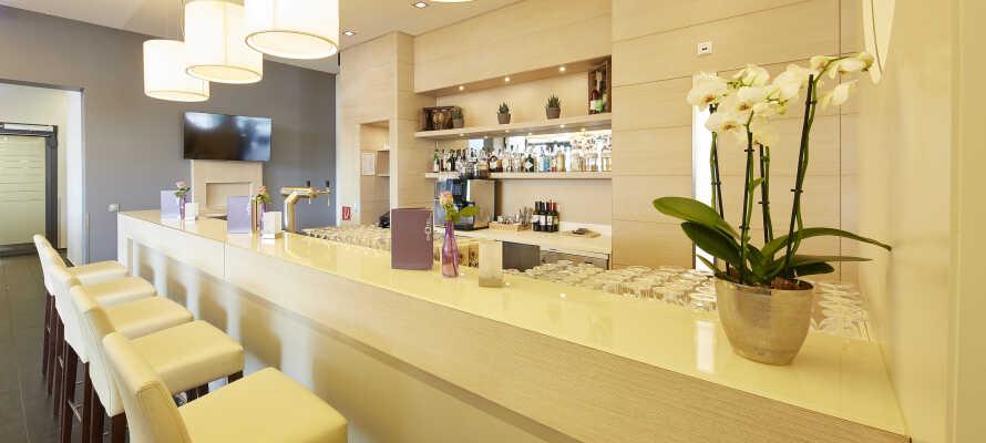 Hotellets eleganta bar har öppet dygnet runt och här kan ni ta en drink efter en händelserik dag