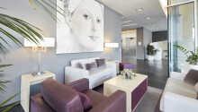 Det moderne hotel har en elegant og indbydende atmosfære.