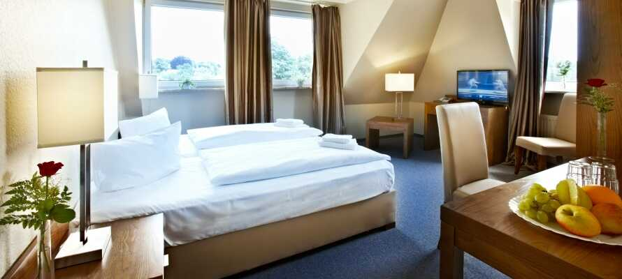 Njut av en bekväm bas och god sömn i hotellets trivsamma rum.