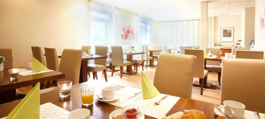 Start dagen med et lækkert morgenmåltid i hotellets hyggelige morgenmadsrestaurant.