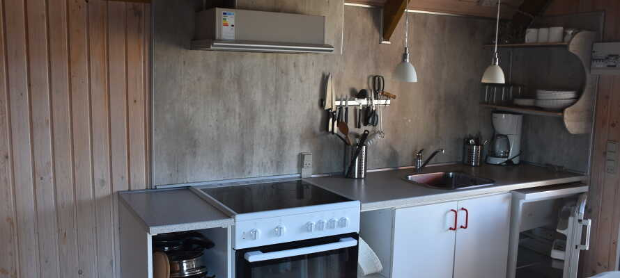 Alle hytter har eget køkken med køkkengrej.