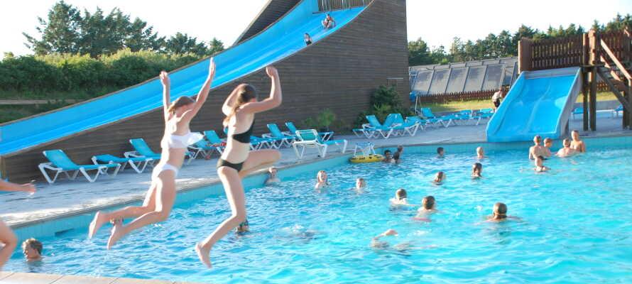 De uppvärmda simbassängerna i poolområdet ger lite extra semesterkänsla.