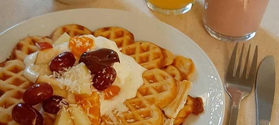 Börja dagen med en härlig frukost med hembakat bröd, många olika pålägg, yoghurt, hemmagjord müsli och frukt