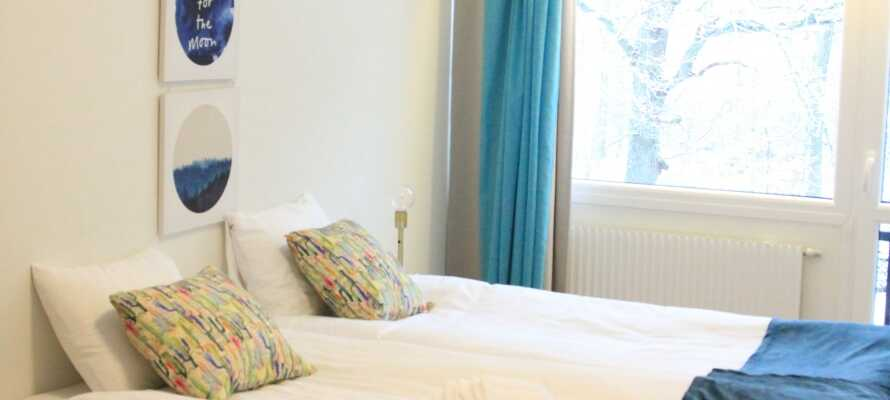 Rummen är individuellt inredda och har alla ekologiska sängkläder. Dubbelrummen har eget badrum och TV