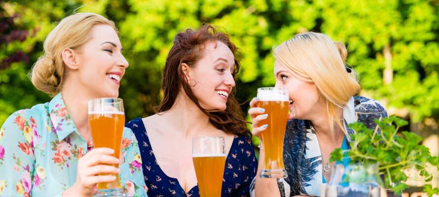 Om sommeren kan I slappe af med bayersk øl og snacks på hotellets nydelige terrasse.