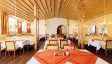 Restauranten er indrettet i en moderne alpestil, og byder på herlige retter fra det bayerske køkken.