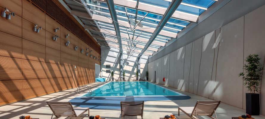 Nyd livet i hotellets indendørs swimmingpool, som er den største i hele Genève, og slap af med sauna og boblebad.